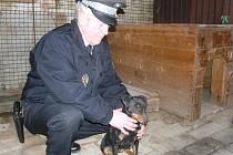 Velitel bučovické městské policie Jiří Wasserburger s jedním ze psů, který omrzel svého majitele