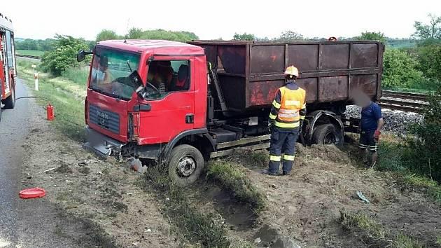 Při nehodě nákladního auta vyteklo z kubíkové nádrže 150 litrů nafty.