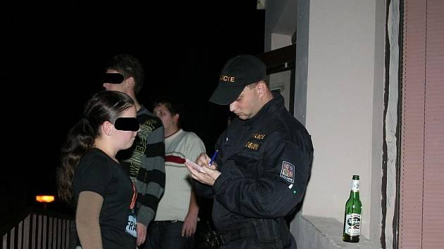 Vyškovští policisté kontrolují mladistvé popíjející alkohol.