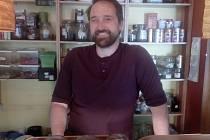 """Vytváří si vlastní recepty z různých druhů čajů a džusů. """"Nejlepší věci přicházejí spontánně,"""" uvedl."""