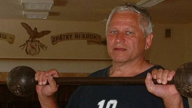 Trenér Jiří Růžička s proslulou činkou.
