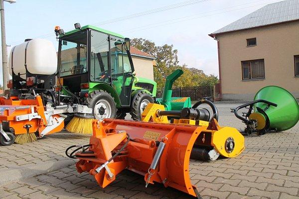Malotraktor pomůže vobci třeba se zimním odklízením sněhu ijarním úklidem.