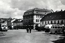 Dobový snímek jihovýchodní části bučovického náměstí Svobody.
