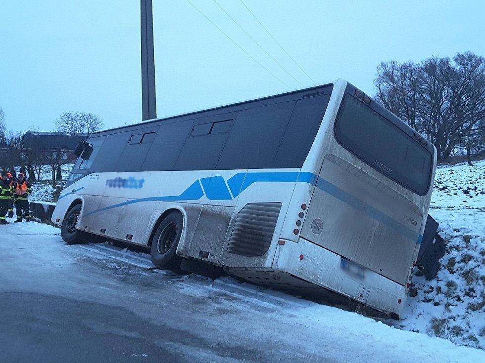 V Hodějicích na Vyškovsku sjel autobus do příkopu.