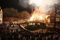 Na Palackého náměstí ve Slavkově u Brna se sešli lidé podívat se na tradiční silvestrovský ohňostroj.