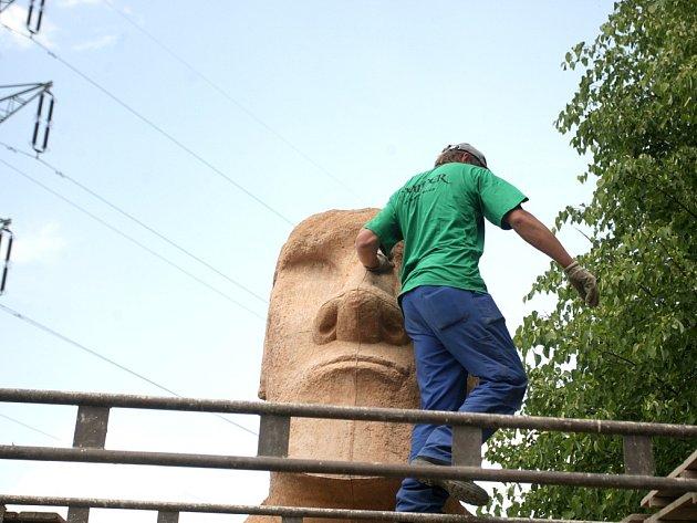 Přesná kopie jedné ze soch Moai z Velikonočního ostrova zdobí od úterý areál bývalých kasáren v Bohdalicích na Vyškovsku.