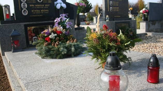 Blíží se den Památky zesnulých a lidé zdobí hroby svých blízkých.