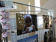 V prostorách Hřbitovního kostela Panny Marie ve Vyškově můžou lidé zhlédnout putovní výstavu fotografií ze zahraničních misí české armády s názvem Ten druhý život.