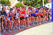 Běh kolem Mohyly míru startoval v osm hodin ráno, běžci v hlavních kategoriích však na trať vyběhli už v době, kdy nemilosrdně pražilo slunce.