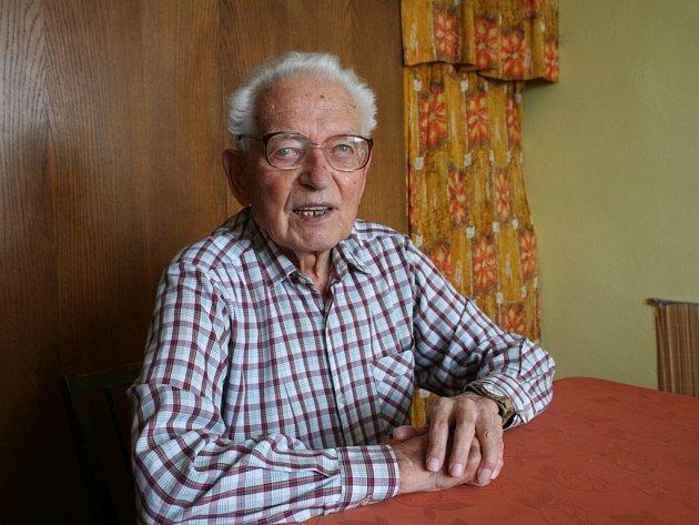 Červené, modré, zelené a žluté zasvětil svůj volný čas Jiří Kýn z Vyškova. Dřív chodil turistické značky malovat, dnes jako vedoucí značkařského obvodu řídí ostatní.