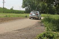 Novou cyklostezku u Kačence auta využívají i jako parkoviště.