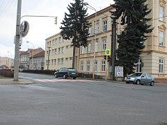 Větší bezpečnost na silnici I/47 v Ivanovicích na Hané zajišťuje jediný semafor, a to u základní školy. Přibude i osvětlený přechod, místní si na něj ale ještě počkají. Plánovanou rekonstrukci průtahu Ředitelství silnic a dálnic o rok posouvá.