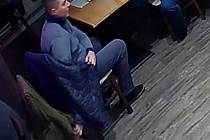 Dva kapsáři úřadovali v jedné brněnské restauraci. Muže okradli o peněženku.