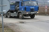 Hodně velký pozor si musí dávat řidiči přijíždějící od Lulče nebo Rostěnic k hlavní silnici vedoucí z Vyškova na Brno. Motoristé tam totiž jezdí jako s větrem o závod.