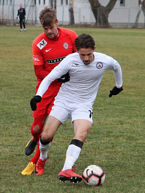 Přípravný zápas třetiligového MFK Vyškov (bílé dresy) se Zbrojovkou Brno se hrál na přírodní trávě v Olšanech u Prostějova. Druholigoví Brňané zvítězili 2:1.