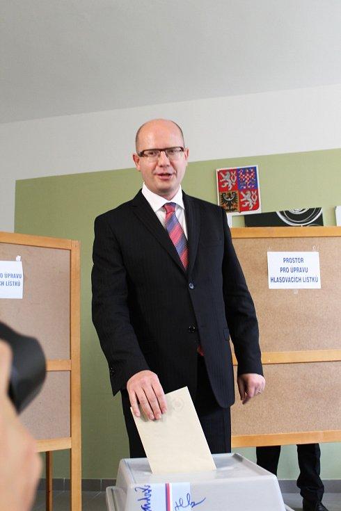 Premiér České republiky Bohuslav Sobotka vhodil do urny své hlasy do komunálních a senátních voleb jen hodinu po pátečním otevření volebních místností. Stalo se tak v základní škole Komenského ve Slavkově u Brna.
