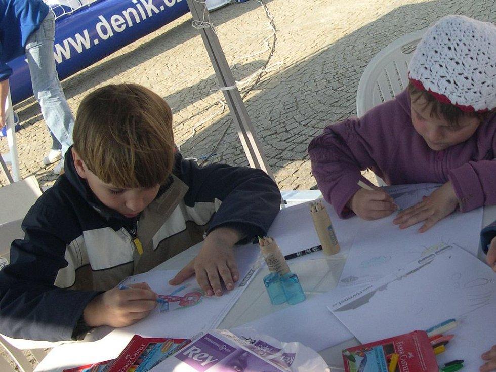 Zatímco rodiče poslouchali interview se starostou města, týkající se aktuálních problémů, děti se věnovaly kreslení.