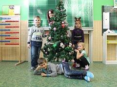 Žáci první třídy ze ZŠ a MŠ Letonice s paní učitelkou Andreou Fialovou.