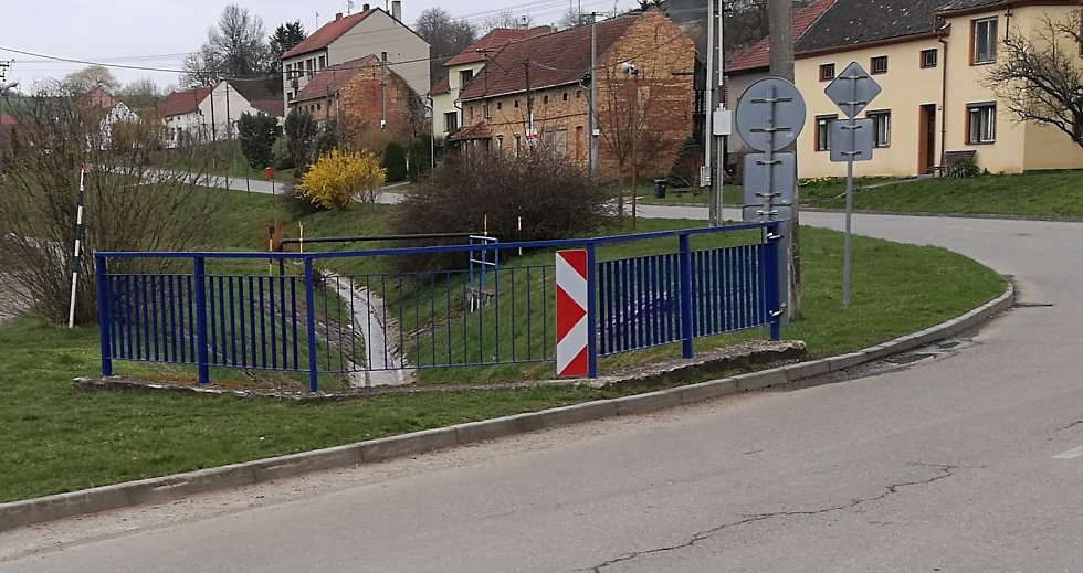 Na opravy mostku potřebuje obec dotaci.