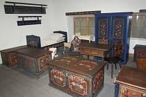 Ve slavkovských depozitářích se ukrývá například sbírka hodin, skla i nábytku.