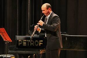 Základní uměleckou školu v Ivanovicích na Hané, která má pracoviště i v Pustiměři, vede Kamil Sedlák.