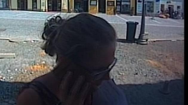 Mohla být svědkyní krádeže a policii tak může poskytnout důležité informace. Ta však po ženě už několik týdnů pátrá, zatím bez úspěchu. Policisté tak prosí veřejnost o pomoc.