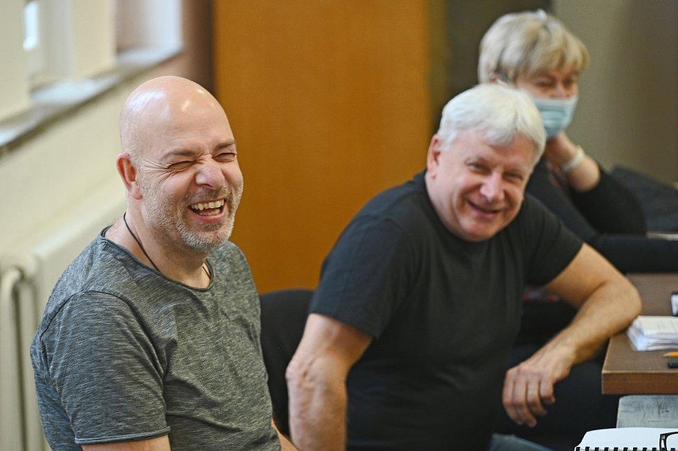 V Městském divadle Brno zahájili umělci zkoušky černé komedie Hrabal a muž u okna.