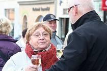 Na náměstí ve Vyškově místní charita i letos pokřtí svatomartinské víno. Lidé mohou podpořit domácí hospicovou péči.
