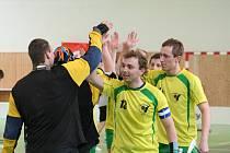 Ivanovičtí florbalisté (na snímku) byli zvyklí, že si po vzájemných zápasech se Slavkovem mohou plácnout na oslavu vítězství. Jenže před čtyřmi týdny přišla první mistrovská porážka od tohoto soupeře. Zítra týmy z Vyškovska hrají znovu.