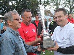 Memoriál Ivo Sigmunda hráčů nad 35 let vyhráli v Dědicích bývalí hráči Vyškova (bílé dresy) před týmem osobností All Stars (v čeveném).