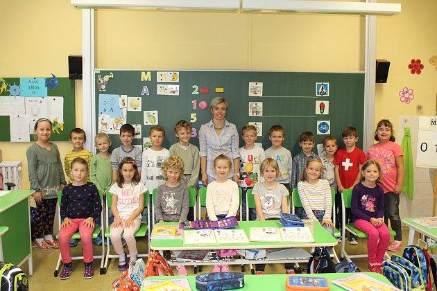 Žáci 1.B Základní školy Tyršova ve Slavkově uBrna spaní učitelkou Ivanou Majárkovou.