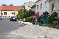 V Nerudově ulici ve Slavkově u Brna lidé spojili síly a opravují si chodníky před svými domy. Město spolupráci vítá.