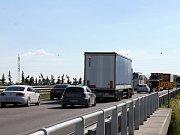 Dlouhé čekání a popojíždění v koloně potrápily ve středu řidiče na dálnici D1 i silnici II/430. Cestáři totiž uzavřeli nájezd 210.