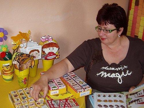 Logopedka Helena Kolbábková představuje motanici.
