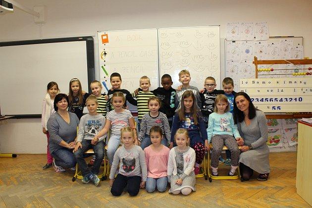 Žáci 1.třídy ze Základní školy vNěmčanech spaní učitelkou Marcelou Blažkovou a asistentkou Kateřinou Dembickou.