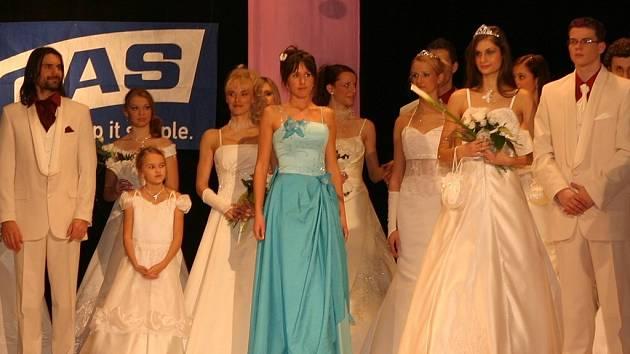 Módní trendy nejen pro nevěsty předvedou modelky agentury Charme ve čtvrtek v Besedním domě.