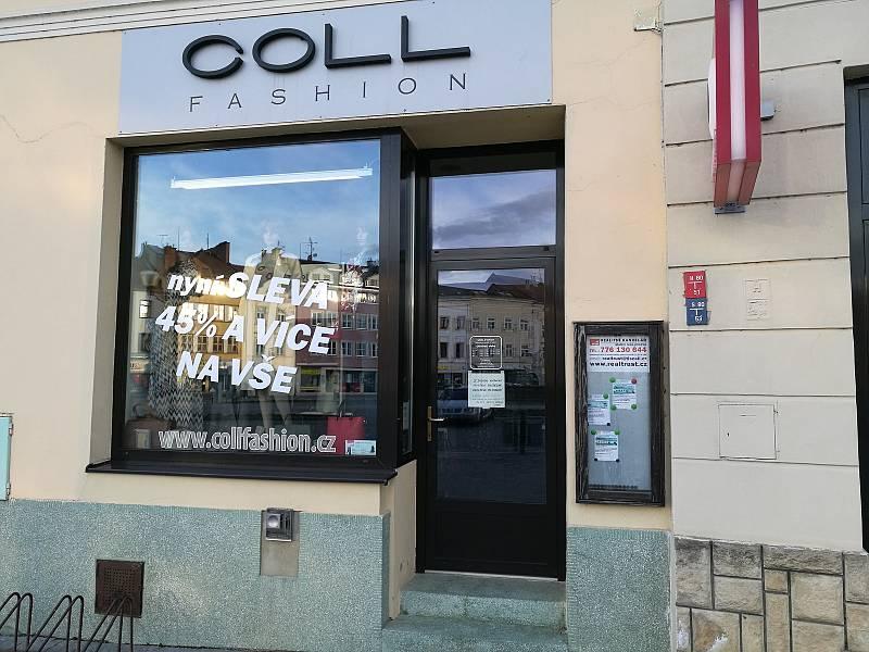 Kvůli vládním opatřením zůstávají mnohé obchody v centru Vyškova prázdné stejně jako kadeřnictví.