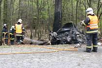 Osmnáctiletý řidič se dostal do smyku a narazil do stromu. Z jeho Felicie zbyl jen ohořelý vrak.