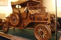 Na zámku ve Slavkově u Brna jsou k vidění ručně vyráběné dřevěné modely aut.