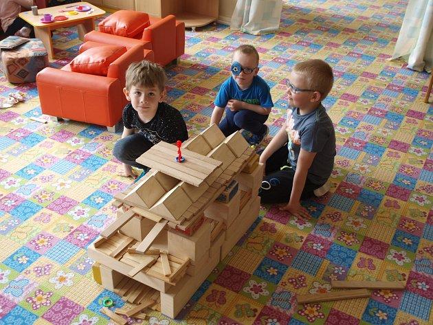 Chlapci zMŠ Podomí staví hrad