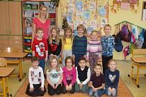 Žáci první třídy Základní školy Velešovice s třídní učitelkou Miluší Gillovou