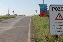 Křižovatka je nepřehledná. Nájezd ze směru od Velešovic může být nebezpečný.