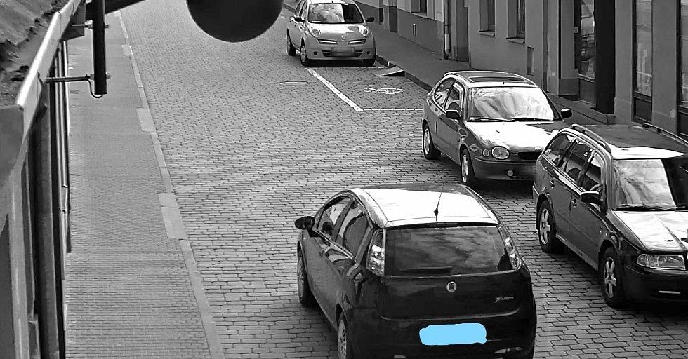Řidiči projíždějící pěší zónou na Brněnské ulici, které zachytily bezpečnostní kamery.