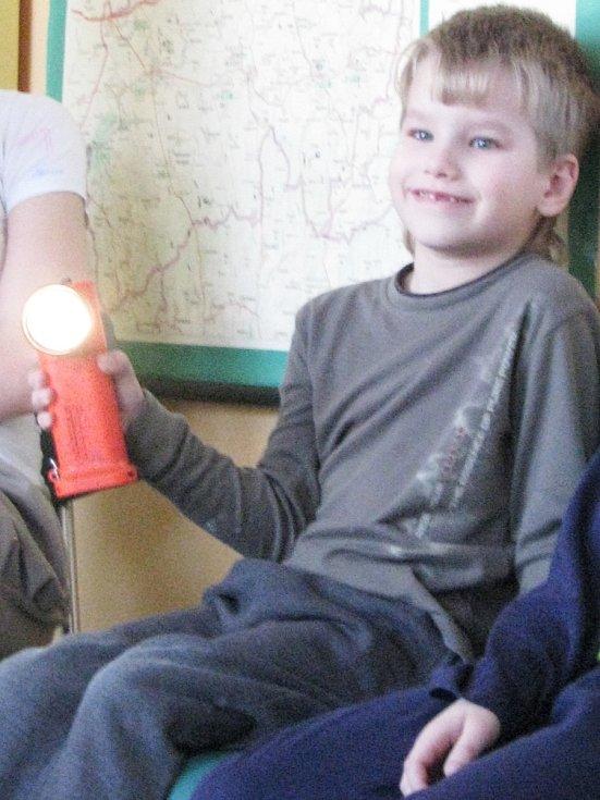 Vyškovští profesionální hasiči navštívili ve čtvrtek dětské oddělení nemocnice ve Vyškově. Preventivní akce, kterou pořádají i na školách v okrese, má za cíl přiblížit rizika spojená s ohněm i požárem a vysvětlit dětem chování v krizových situacích.