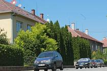 Místo vzrostlých stromů pohled na cestu s parkovištěm. To mělo potkat lidi z ulice Na Hraničkách ve Vyškově. 140 nových míst nakonec nevyrostlo, diskuze o nich ale znovu ožívá.