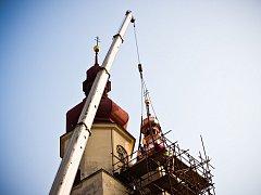 Instalace druhé báně kostela svatého Ondřeje v Ivanovicích na Hané.