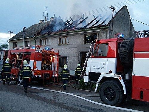 Požár v obci Pustiměř zasáhl v neděli ve dvě ráno tři domy a způsobil škodu za tři miliony. Oheň vypukl v dřevěném hospodářském stavení jednoho z domů. Na jeho půdě bylo uskladněno seno a dřevo.