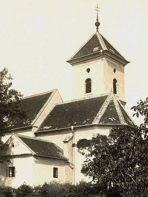 : Pohled na kostel svatého Vavřince v Křenovicích.