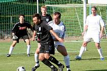 Fotbalisté Slavkova (v černých dresech).