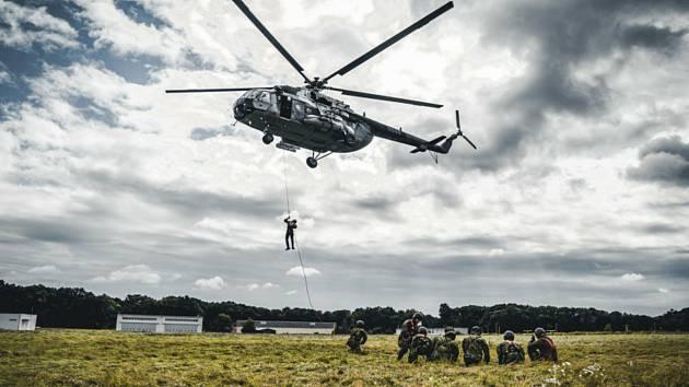 Na závěreční přezkoušení mířili noví výsadkáři na letiště do Přerova.